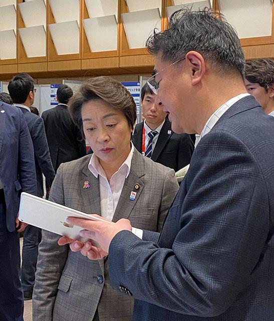 写真:橋本大臣にご説明する様子